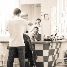 Henning beim Friseur Almaty, Kasachstan