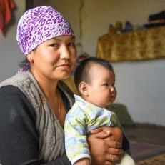 Nursada und Baby Aldina im Shäferhof Urinbek beim Kol Kogur See, Kirgistan